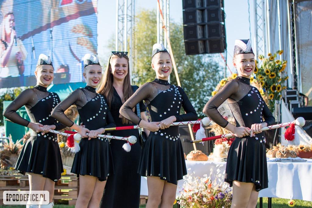 Poddębickie Mażoretki podczas Powiatowych Dożynek w Dalikowie